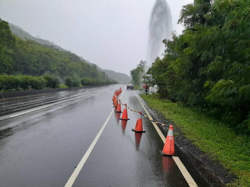 自來水管排氣閥閥桿被撞斷,高壓水如同噴泉噴了快20公尺高。(記者陳彥廷翻攝)