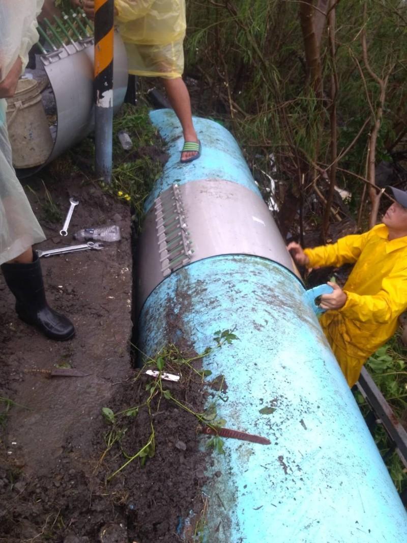 自來水管排氣閥閥桿被撞斷,自來水公司立刻動工封阻破口,下午已經完成。(記者陳彥廷翻攝)(記者陳彥廷攝)