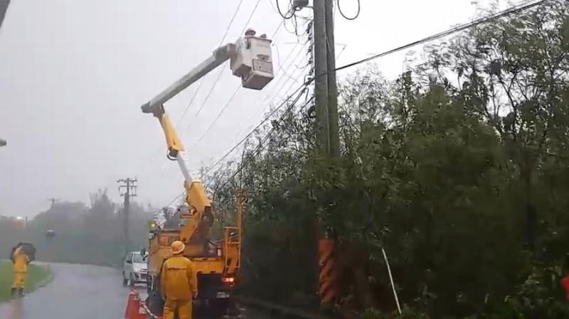 台電人在風雨中搶修。(台電提供)