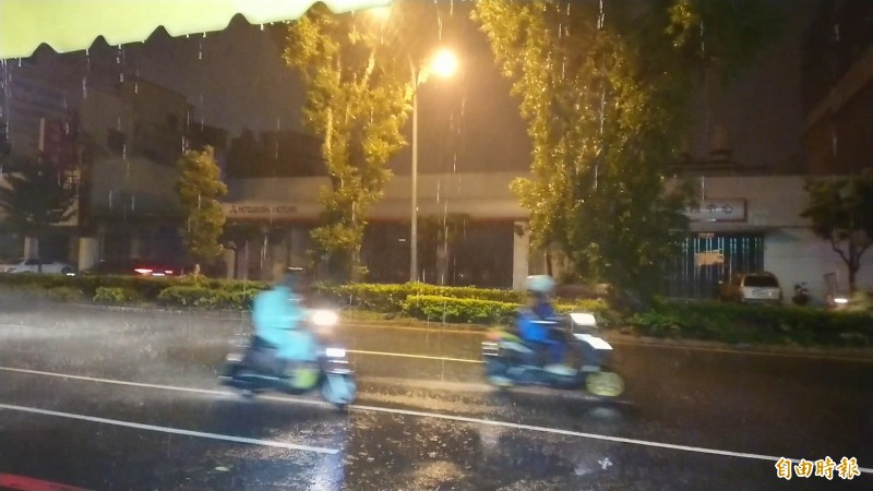 白鹿颱風尾颱台南,機車騎士如「雨中俠」飆風。(記者洪瑞琴攝)