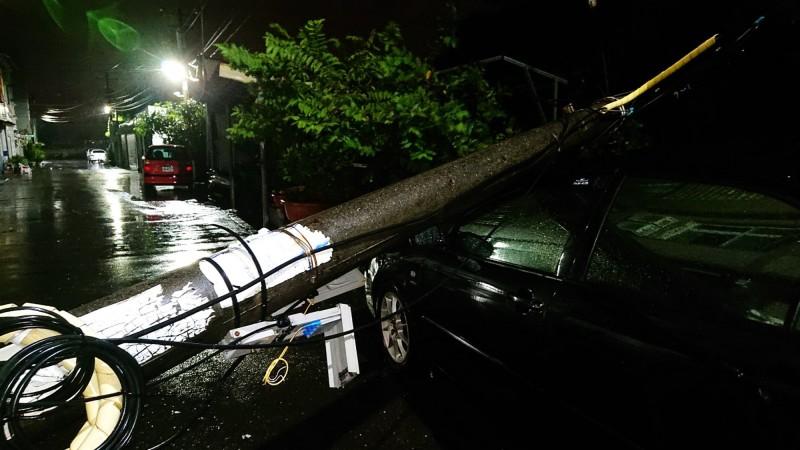 電桿倒塌,砸中路旁轎車。(鄭晴而提供)
