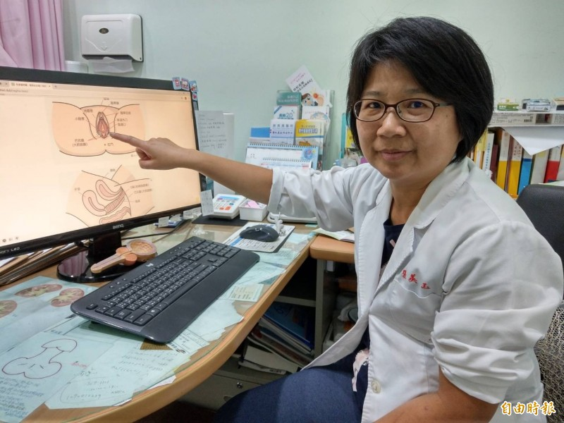泌尿科醫師張美玉指出,更年期婦女停經後雌激素缺乏,易造成萎縮性陰道炎,其症狀是外陰或陰道表皮萎縮,合併性交疼痛及發炎。(記者方志賢攝)