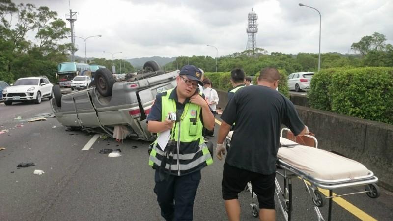 搭載8名道親的廂型車疑因左後輪胎爆胎而翻覆釀禍。(記者黃美珠翻攝)