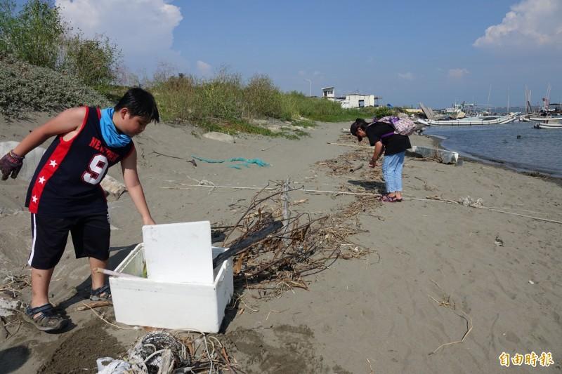 小朋友參加淨灘,為愛護地球盡心力。(記者劉曉欣攝)
