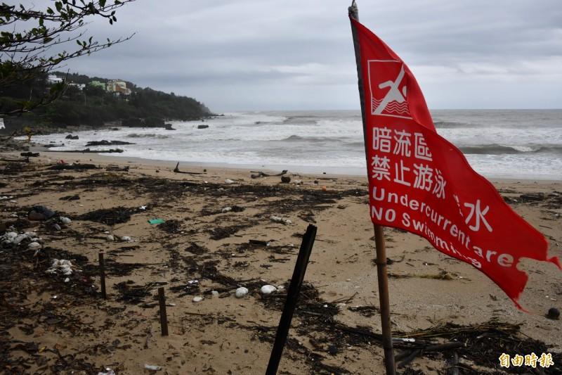 「白鹿」急奔過恆春半島,沙灘景觀又毀。(記者蔡宗憲攝)