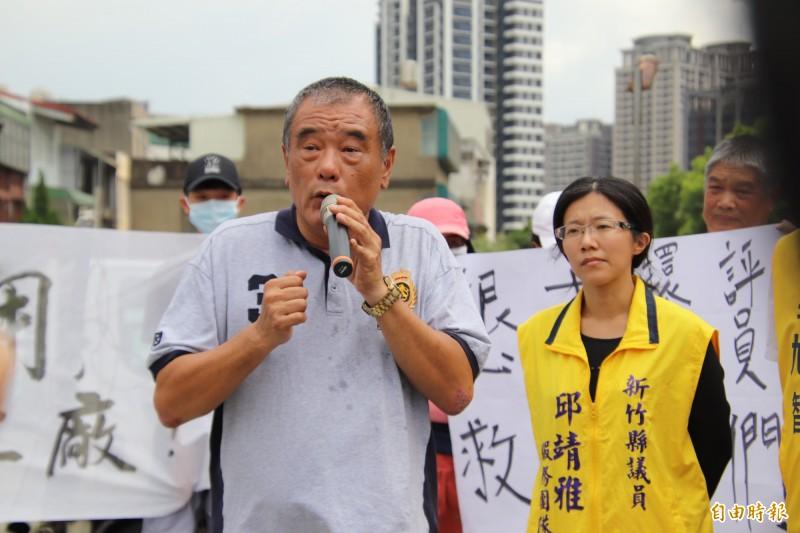 新竹縣新埔鎮代會主席王增基(前)強調就業機會比環保問題還要大,如果大家沒有工作的話怎麼談環保都沒有用。(記者黃美珠攝)