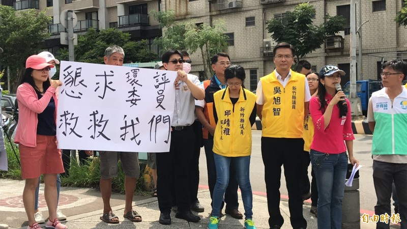 民進黨竹北市代蔡蕥鍹(右2)說業者是全縣10大污染源之1,要求業者改善前縣府暫緩環評。(記者黃美珠攝)