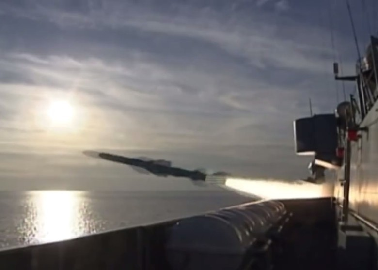 惠州艦在演習中發射飛彈。(微博截圖)