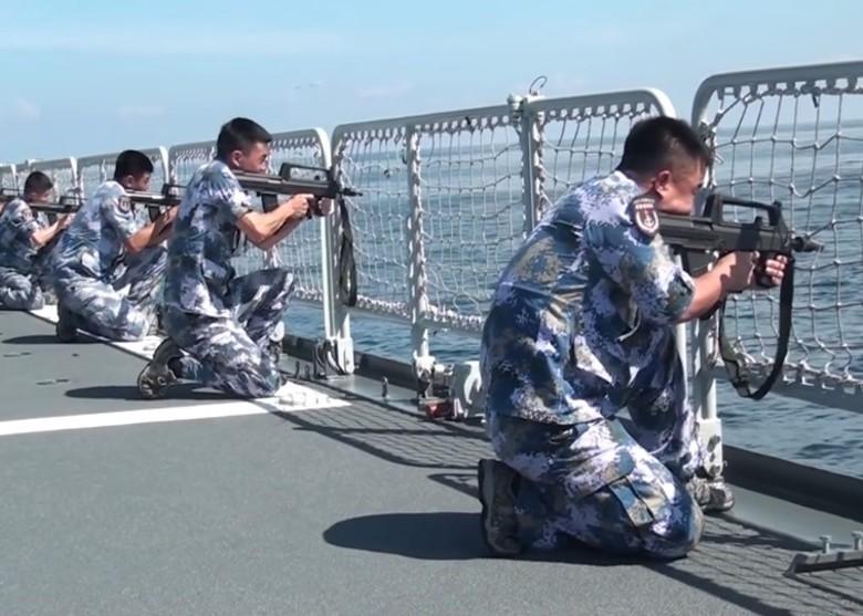 駐港解放軍在艦上進行射擊。(微博截圖)
