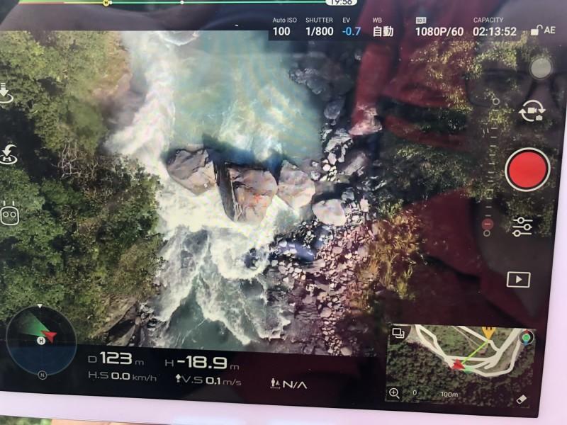 空拍機拍下北107線道路14.5K處旁的溪流,3顆大石頭的深潭,懷疑男童疑似在此處,但經檢視後並未發現。(記者陳薏云翻攝)