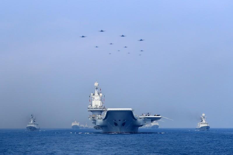 中國人民解放軍去年4月12日出動大批戰艦與戰鬥機,在具有主權爭議的南海海域進行大規模海上閱兵。(路透檔案照)