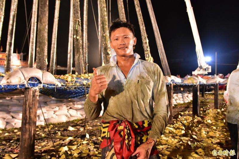 本屆頭城搶孤冠軍李東益,36歲,正職是一名鐵工。(記者張議晨攝)