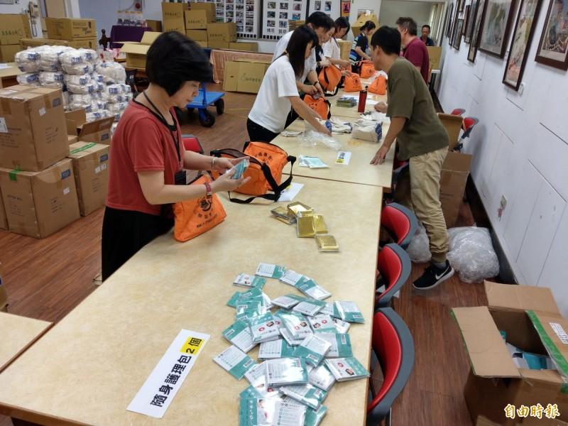 九二一大地震屆滿廿週年,,集集鎮公所製作防災包要送給鎮民,公所甚至開出「生產線」,趕工包裝準備發放。(記者劉濱銓攝)