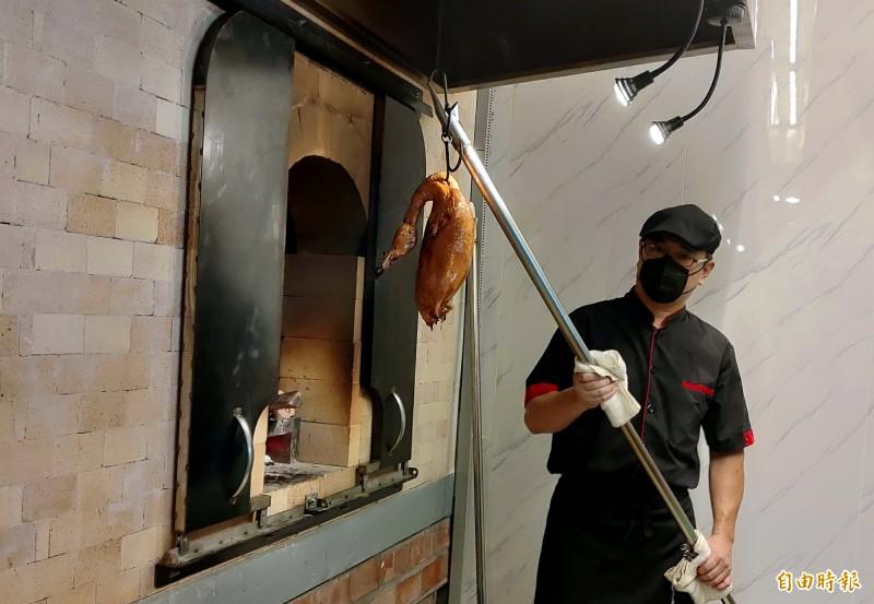 柴火火焰烤鴨以磚窯烤出的鴨,皮脆、肉嫩、多汁。(記者張菁雅攝)