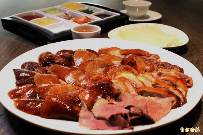 烤鴨搭配9種配料,可變化出128種吃法。(記者張菁雅攝)