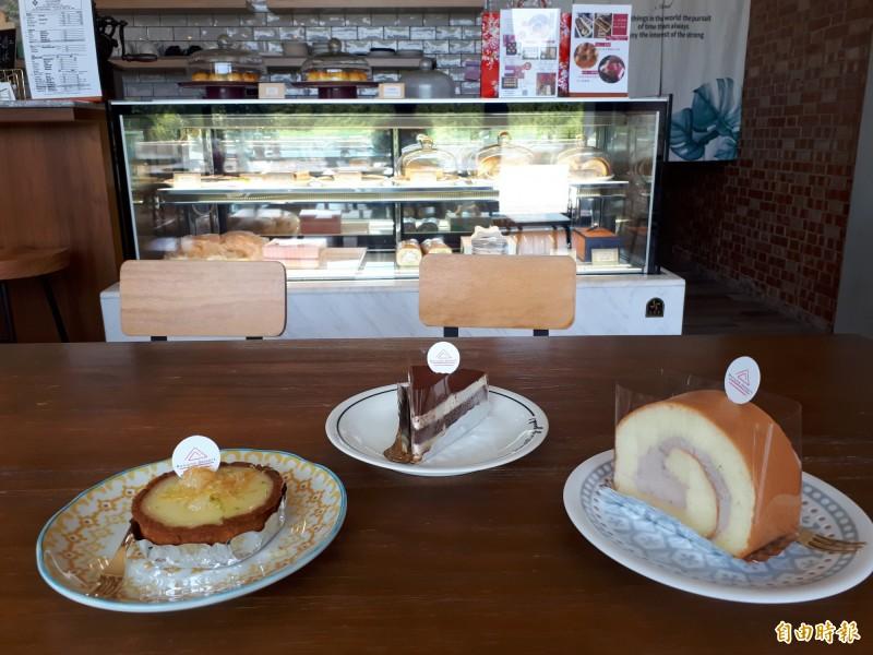 店內的人氣甜點,有提拉米蘇,檸檬塔和瑞士捲。(記者洪美秀攝)
