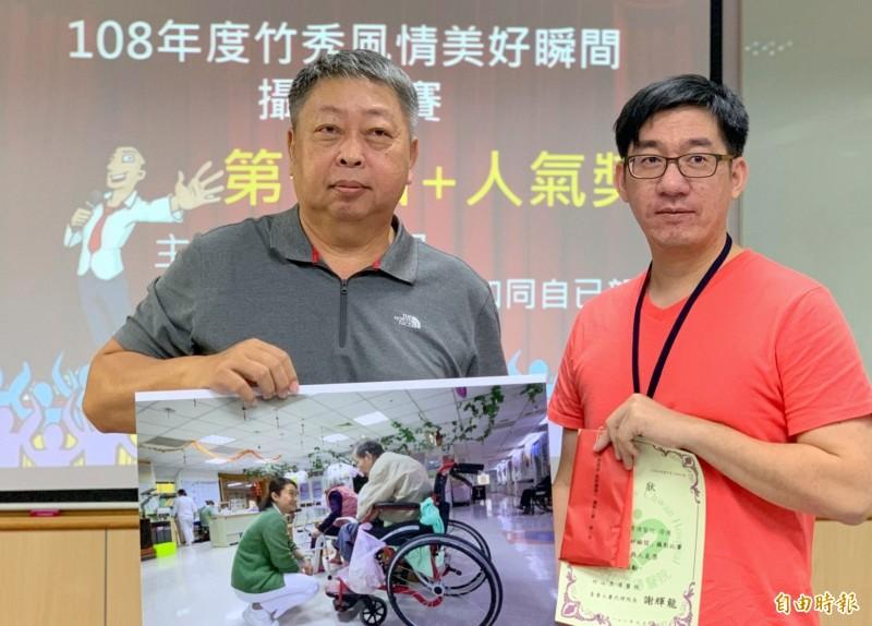劉興崧(左)在南投縣竹山秀傳醫院「不忘初衷.讓愛重生」攝影展中,出示當時護理人員救治患者情景。(記者謝介裕攝)