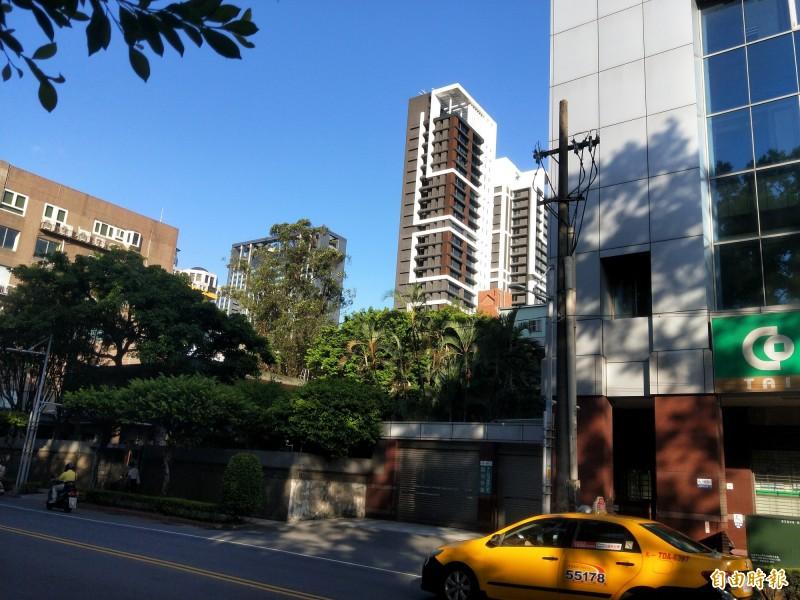 新北市府希望,綠樹包圍的市長官邸能與左、右兩側的合作金庫、七層樓建物,及與後巷間的私人土地,一起進行都更。 (記者何玉華攝)