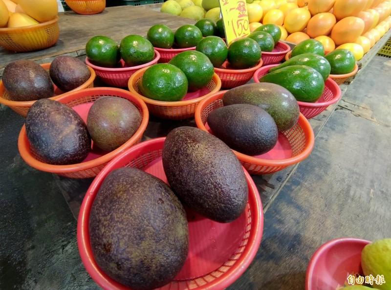 酪梨是許多人喜歡吃的水果,營養價值也高。(記者吳亮儀攝)