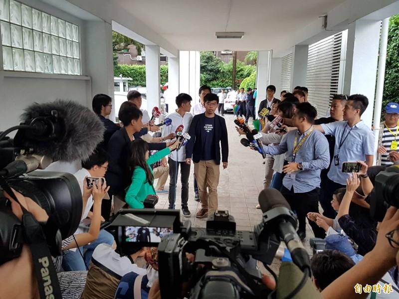 香港眾志秘書長黃之鋒一行人今拜會立法院民進黨團。(記者謝君臨攝)