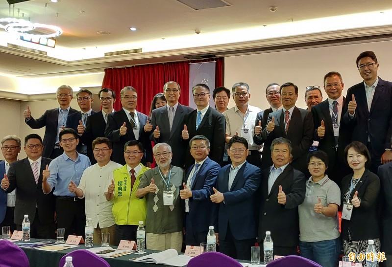 立法院副院長蔡其昌(第1排右5)、交通部次長黃玉霖(第1排右4)及產官學界人士出席台灣觀光論壇。(記者張菁雅攝)