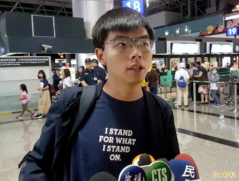 香港眾志秘書長黃之鋒5日晚間搭機返港,他在登機前受訪時表示,香港人只是爭取應該有的民主權利,希望有有一天能達到「今天台灣、明天香港」,讓香港可以像台灣一樣有民主自由,有民主選舉。(記者朱沛雄攝)