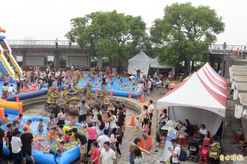 今年暑假,縣府利用九龍池廣場打造親子戲水區,勾起民眾昔日在九龍池玩水、看水舞秀的回憶。(記者張聰秋攝)
