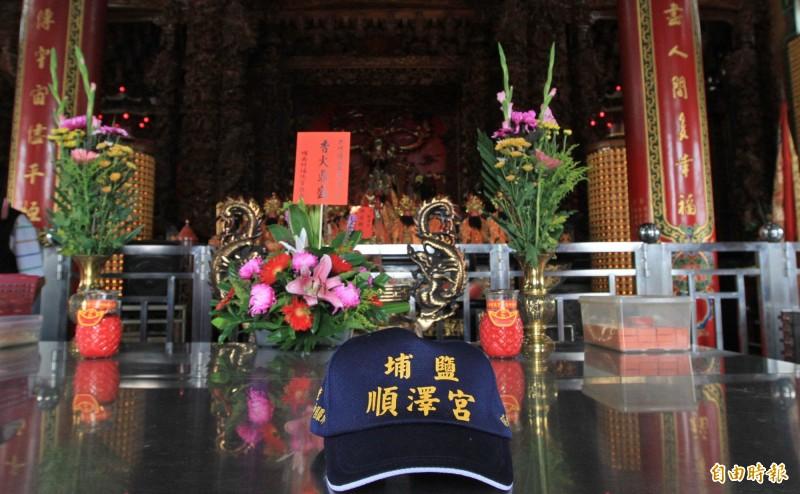 冠軍幸運帽!彰化埔鹽順澤宮製作的宮廟帽,成為世界三鐵冠軍選手的比賽用帽,有民眾表示是神明保佑。(記者陳冠備攝)