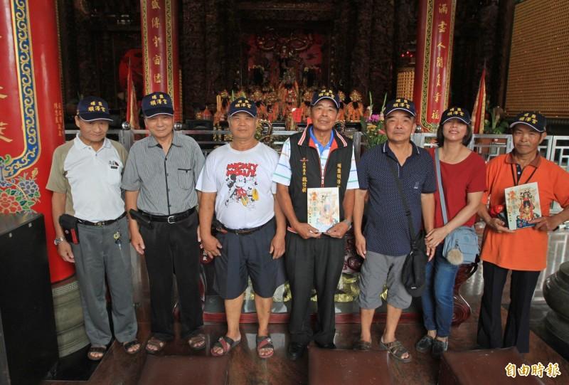 埔鹽順澤宮廟方人員一起戴上帽子,成為世界冠軍選手的比賽用帽,覺得與有榮焉。(記者陳冠備攝)