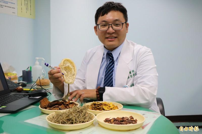 網傳薑黃素可助減肥,奇美醫學中心中醫部主治醫師李俞生表示,薑黃素是可降血脂,但不一定能達到減肥的效果。(記者萬于甄攝)