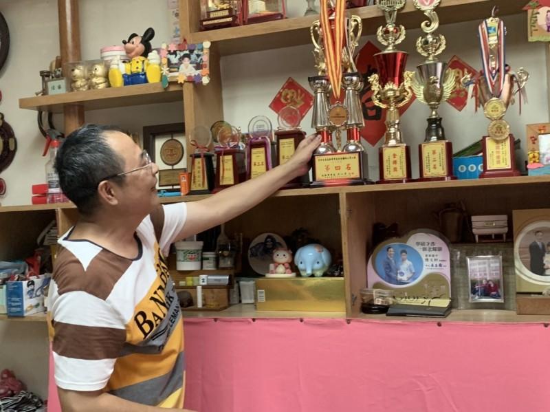 陳泳霖家中擺滿兒女獎盃獎牌。(記者陳心瑜翻攝)
