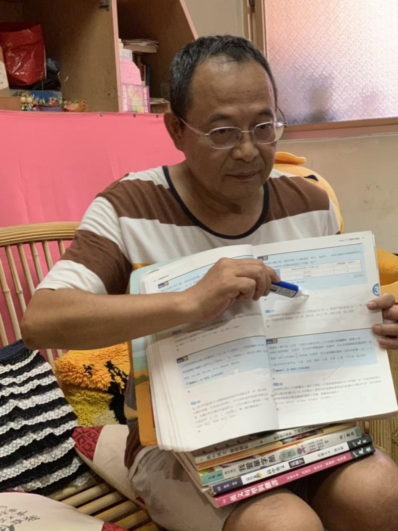 陳泳霖用立可白為兒女製作參考書。(記者陳心瑜翻攝)