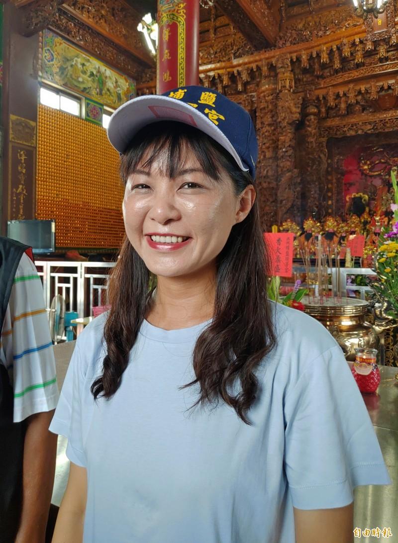 埔鹽鄉長許文萍戴著帽子來恭賀,意外成為第一頂第一頂蓋章認證的「台灣宮廟帽」。(記者陳冠備攝)