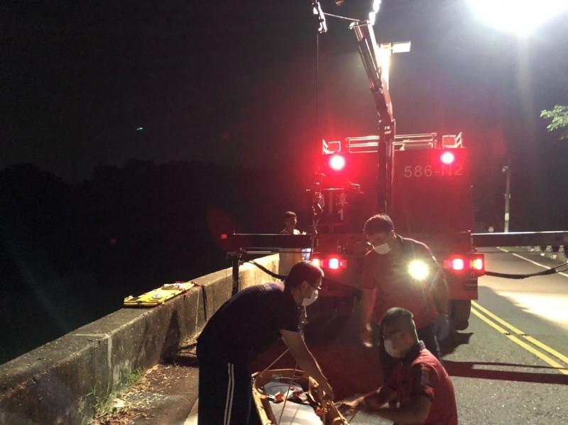 今天清晨男子屍體被發現,搜救人員漏夜打撈。(記者丁偉杰翻攝)