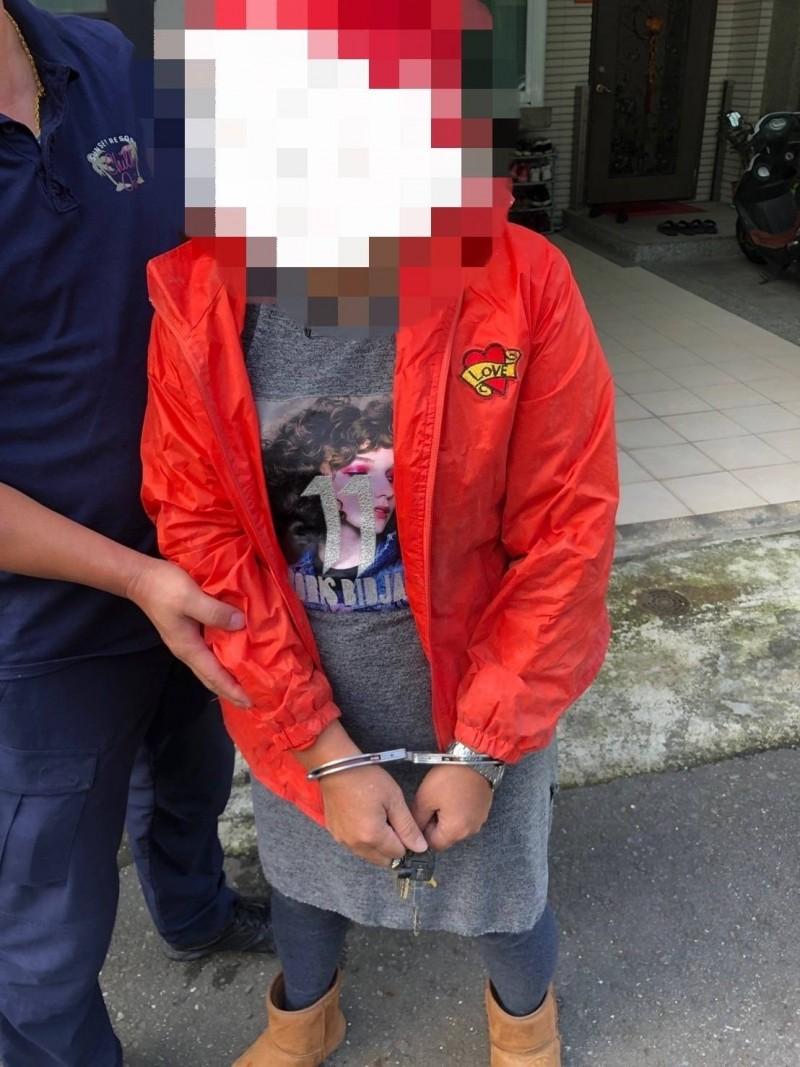 黃姓阿嬤拿著小鋤頭到美妝百貨狂砸,被警方逮捕。(記者林宜樟翻攝)