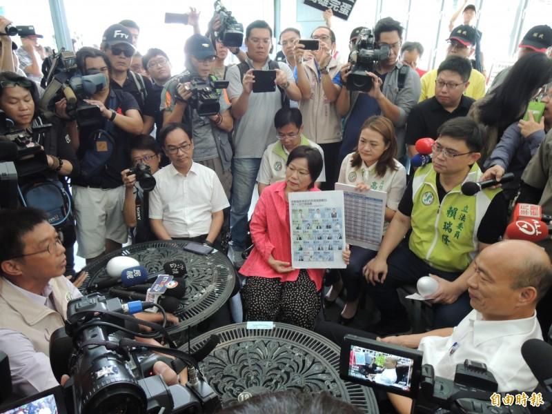 高雄市長韓國瑜今天又出奇招,把前往市府抗議的綠營民代邀進咖啡廳對話。(記者王榮祥攝)