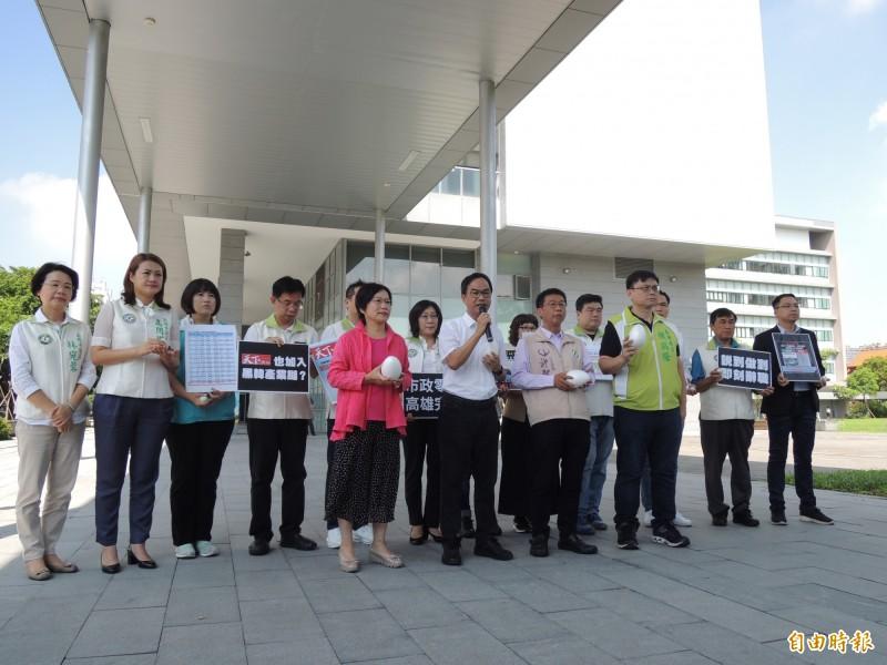 綠營立委與議員今上午齊聚鳳山行政中心,抗議韓國瑜施政滿意度全台墊底,傷透高雄人的心。(記者王榮祥攝)