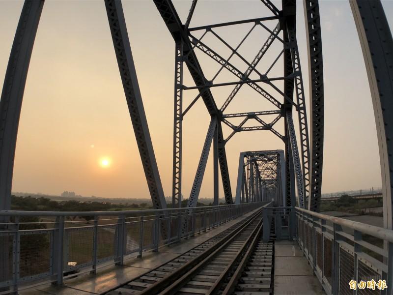 高屏溪舊鐵橋屏東端景致優美。(資料照,記者羅欣貞攝)