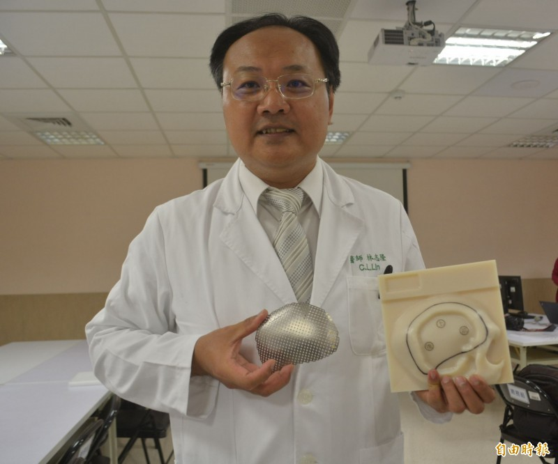 亞大醫院神經外科主任林志隆表示,王宏至因顱骨破碎嚴重癒合不良,上月以鈦合金網膜為他進行顱骨重建,術後恢復良好。(記者陳建志攝)
