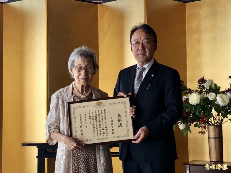 日本台灣交流協會今由日本駐台代表沼田幹夫(右)代表,頒贈「外務大臣表彰」給台北俳句會。(記者呂伊萱攝)
