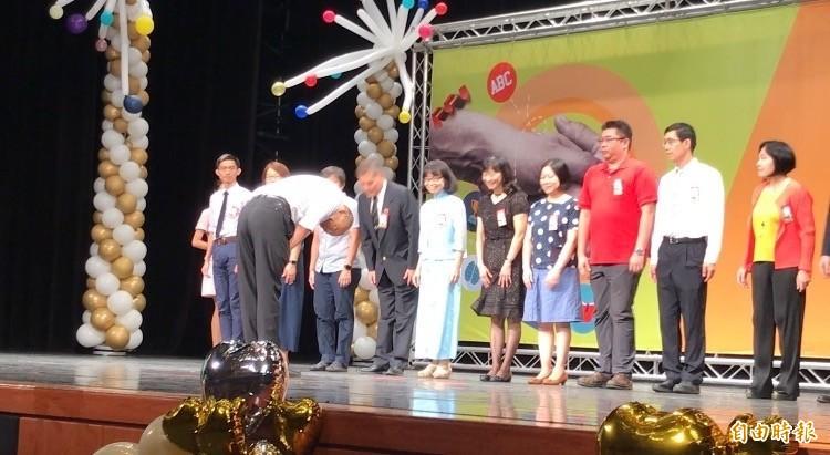 市長韓國瑜向獲獎校長、老師鞠躬致意。(記者洪臣宏攝)