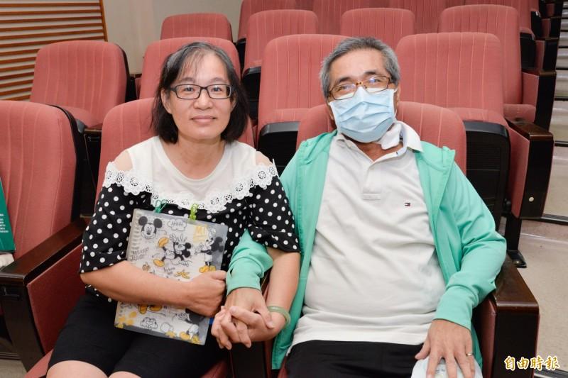 胡太太捐出65%的肝救夫,夫妻緊握雙手,鶼鰈情深。(記者方志賢攝)