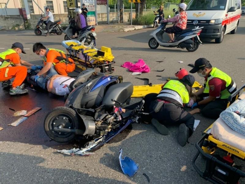 2名騎士受傷倒地,車體碎片散落一地。(苗栗縣山城救援協會提供)