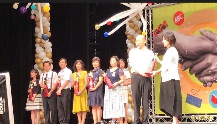 幼兒園長鄭淑蓮(右)今獲頒優良教師獎,領獎時拒絕和韓國瑜(右二)握手。(記者洪臣宏攝)
