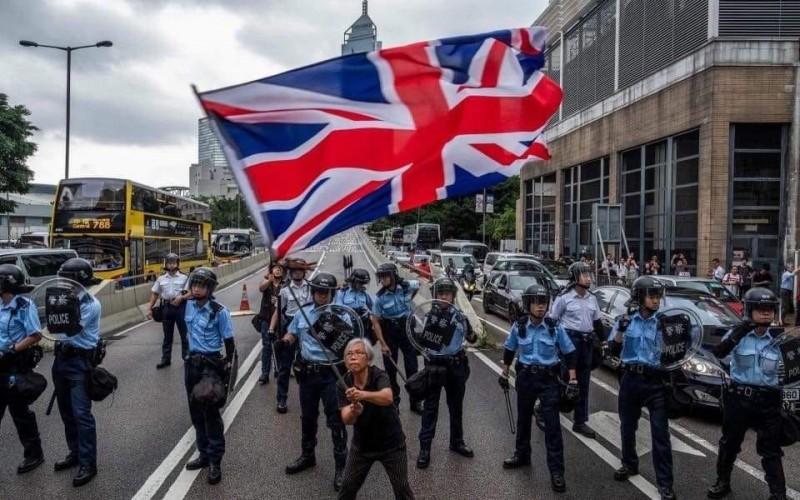 香港抗爭名人「英國旗王婆婆」,疑似遭到中國公安扣押。(圖片取自「香港獨立媒體網」」臉書專頁)