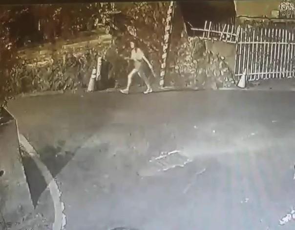 新北市淡水一名女大生夜歸回宿舍時遭陌生男子從後方熊抱。(記者王宣晴翻攝)