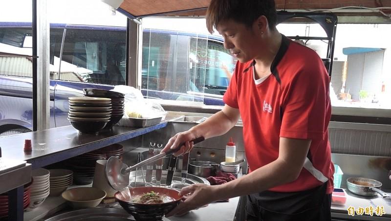 安溪蛤仔麵已由第二代王俊清接手。(記者劉曉欣攝)