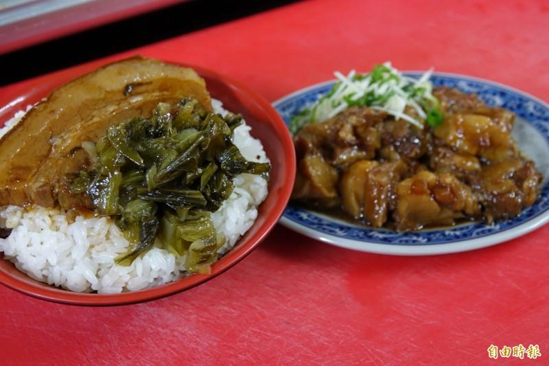 安溪蛤仔麵在王俊清接手後,新增爌肉飯菜單,連費工的滷豬腳筋都可以在麵店吃到。(記者劉曉欣攝)