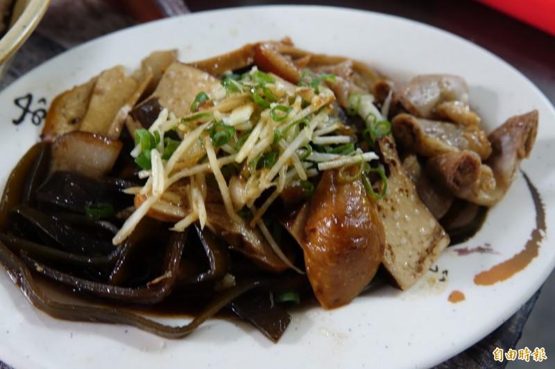 王俊清接手後,加賣滷味小菜。(記者劉曉欣攝)