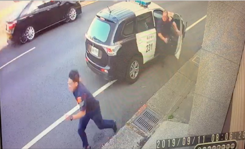 警方發現蔡姓嫌犯棄車逃逸,立刻跳下車追逐。(記者陳冠備翻攝)